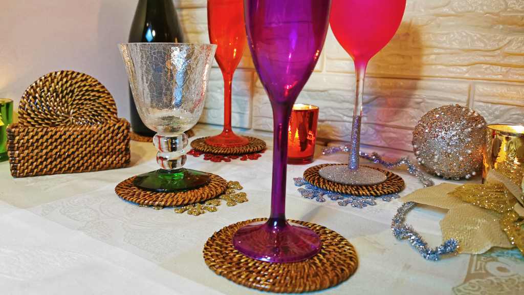 A festive celebration like Thanksgiving deserves a festive drink! Thanksgiving cocktails get more delicious with stylish presentation paired up with Calaisio`s woven drink coasters. A perfect handmade gift too! #ThanksgivingGifts #ThanksgivingDrinks #DrinkCoasters #ChristmasCocktails #ThanksgivingCocktails #ThanksgivingEntertainingEssentials #DecemberParty #Coasters #HostessGifts #ThanksgivingTablescapes #BarCoasters #Staffparty #OfficeParty #CorporateEvents #CorporateEventsPlannter #Cocktai