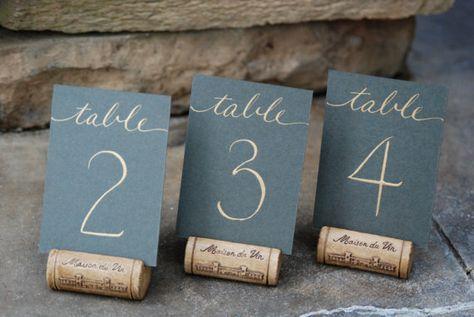 Mini Hochzeit Tischnummern - flache 2,5 x 3,5 Karten in Farbe nach Wahl mit Hand Kalligraphie in Farbe nach Wahl