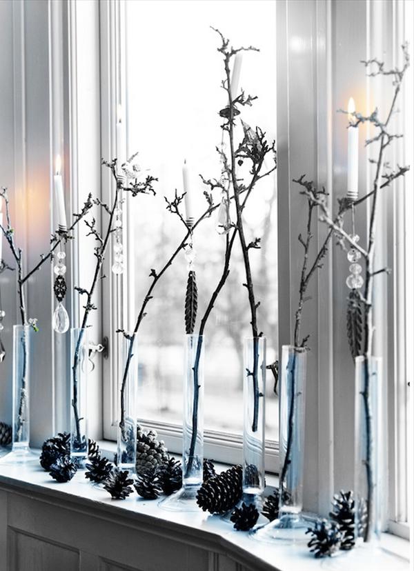 Weißer Schmuck Zum Weihnachten   Zweige Am Fenster
