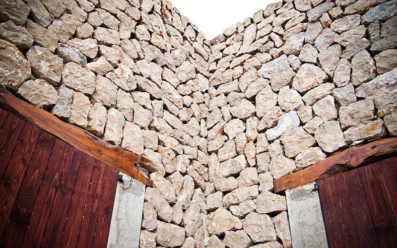 Detalle muro de piedra con los dinteles de madera de las - Dinteles de madera ...