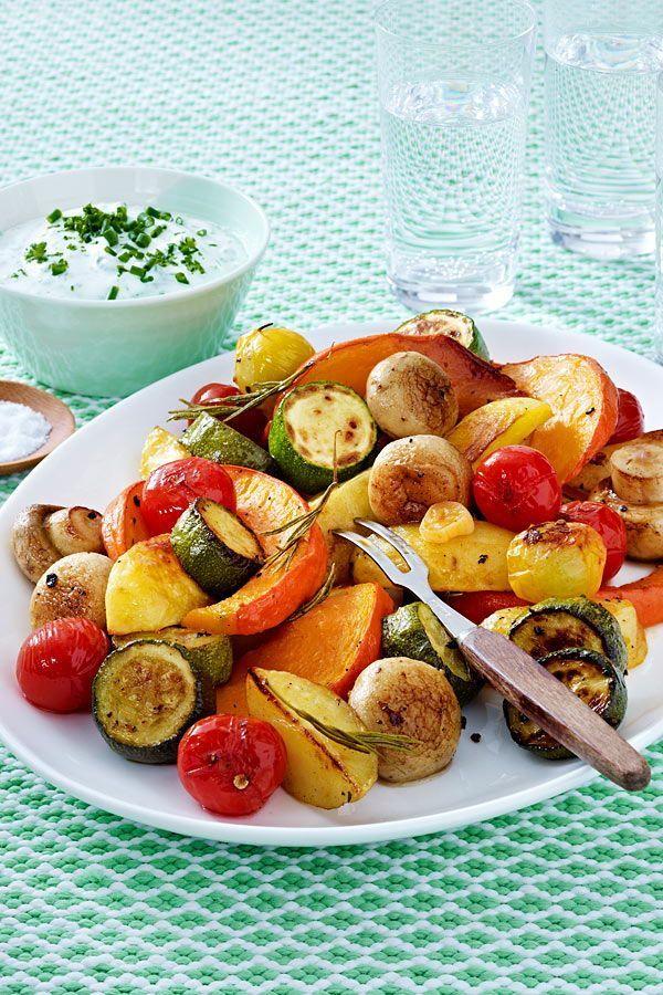 Kochen Sie Hokkaido, Kartoffeln, Zucchini, Champignons und Tomaten im Ofen und ...   - Gemüse der Saison - -    Hokkaido, Kartoffeln, Zucchini, Champignons und Tomaten garen im Ofen und werden...    Hokkaido, Kartoffeln, Zucchini, Pilze und Tomaten werden im Ofen gekocht, um sehr aromatisch zu werden. Hausgemachter Kräuterquark schmeckt gut zum Gemüse. Küche