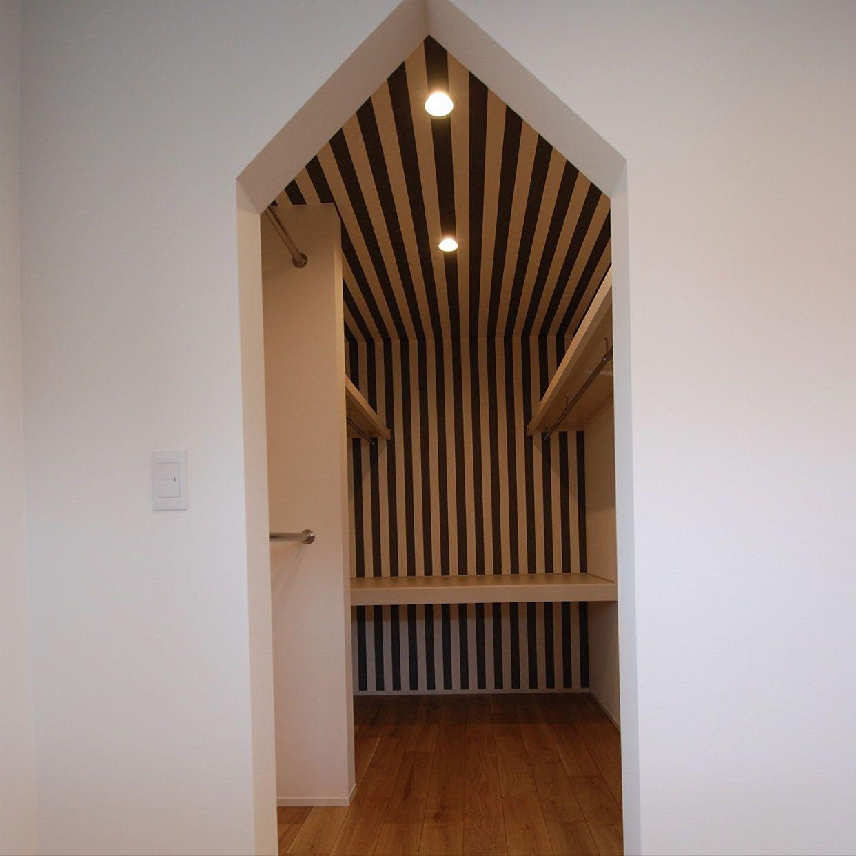 壁 天井 ウォークインクローゼット 寝室 壁紙 ストライプのインテリア