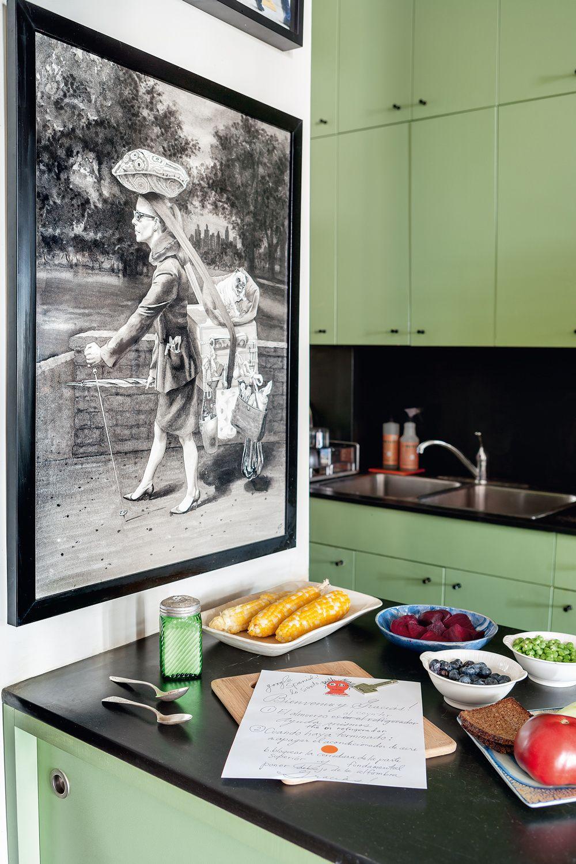 Anónimo - AD España, © Belén Imaz La artista encontró este dibujo sin firmar y lo colgó en su cocina color guacamole. Foto Belén Imaz