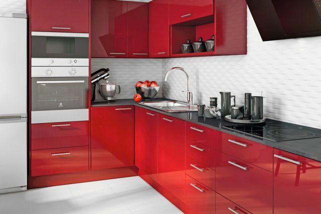 Cuisine contemporaine rouge finition mate, implantation en L, plan - plan de travail cuisine rouge