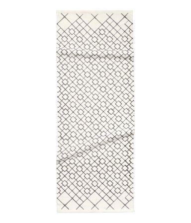 Et gulvteppe i bomullskvalitet med trykt mønster.