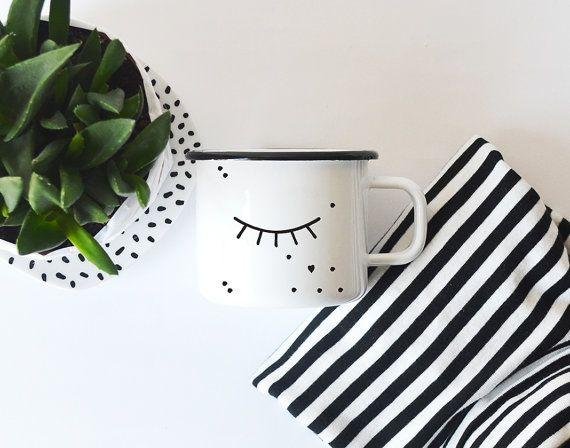 Emaille-Becher mit geschlossenem Auge in schwarz-weiß Zu finden auf