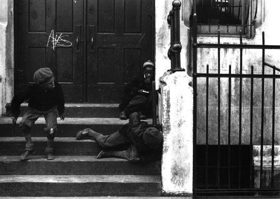 """미국 태생의 Helen Levitt (1913 ~ 2009)은 New York City에 사는 서민의 삶을 따스한 시선으로 바라본 """"street photographer""""입니다. {via lensculture, laurencemillergallery, webcitation, stephendaitergallery}…"""