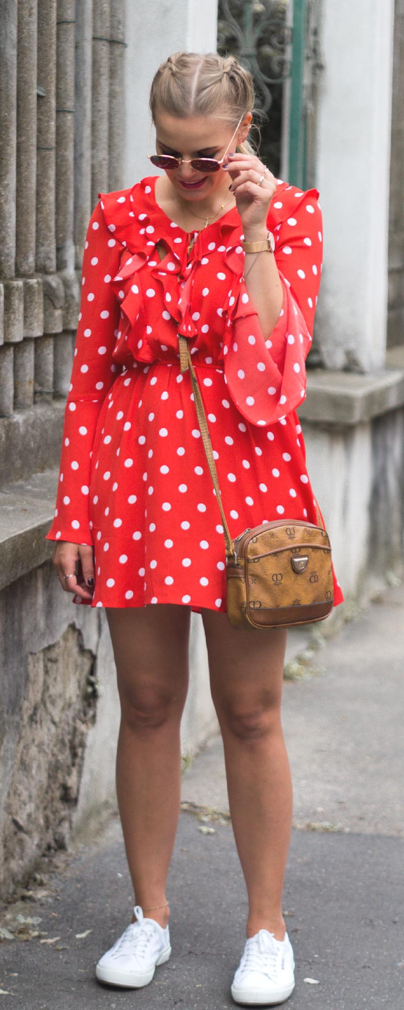 outfit - rotes rüschenkleid und weiße superga sneakers - la