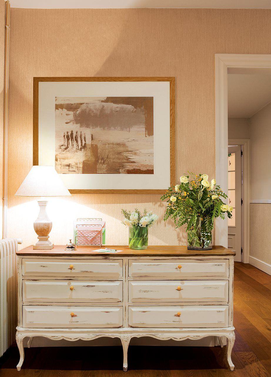 C moda blanca con flores en jarrones l mpara y un cuadro - Comodas antiguas blancas ...