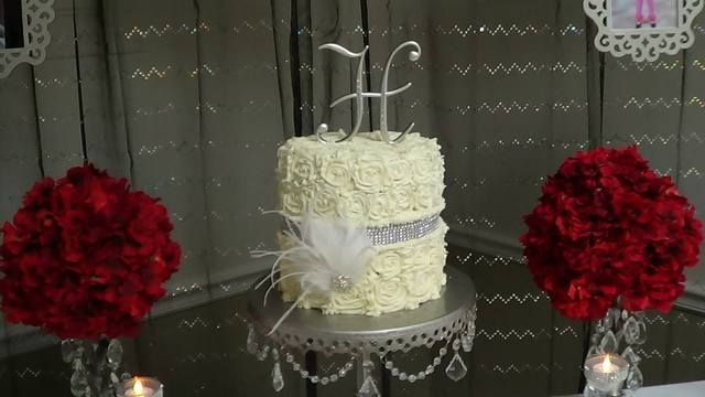 Cake and flowers at a Retro Hollywood Party #hollywood #partycake