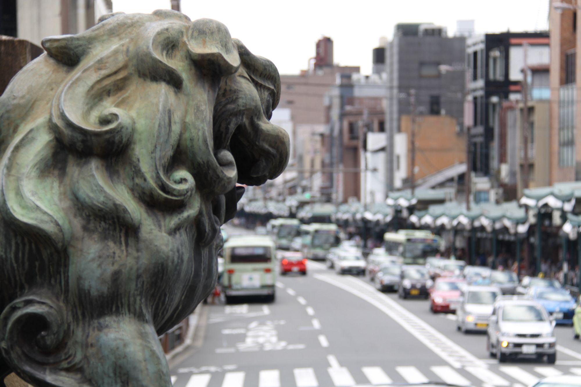 八坂神社。祇園の街を見下ろす狛犬。 祇園祭 京都 kyoto gion festival