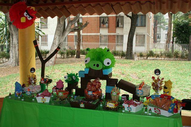 barra de botanas y dulces para eventos angry birds by mesa de dulce via flickr