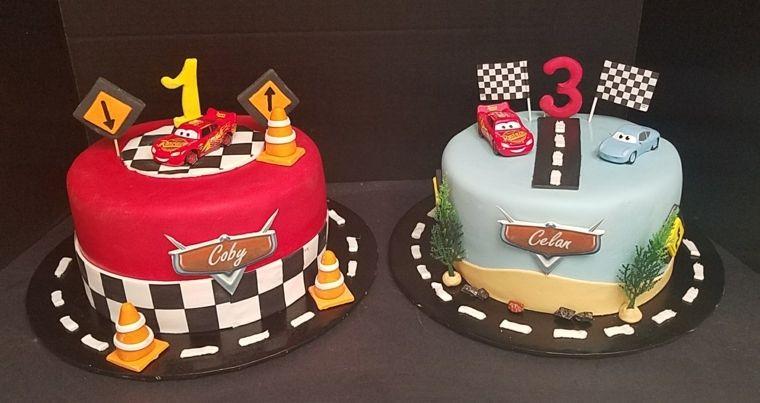 Due torte di compleanno per bambini forma rotonda rivestite e