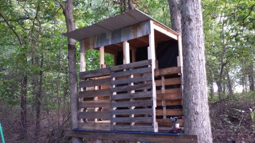 Deer blind made using old pallets and repurposed barn for Deer stand made from pallets