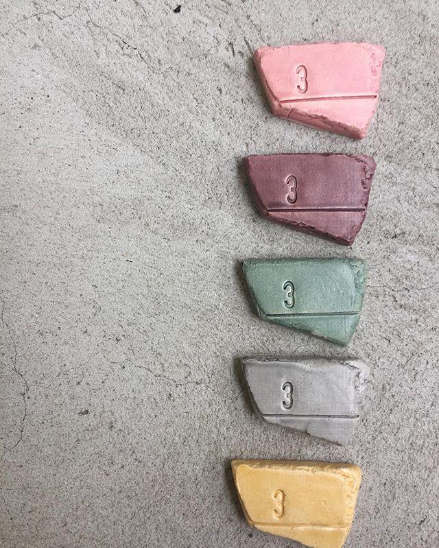 MÅLVÆRK kommer i 4 farver samt en mix kombination. • Lys kirsebær • bordeaux • Havgrøn • Lys grå • Indisk gul ( indisk gul er kun med i mix kombinationen )  Hvilken farve er din favorit ?  #farver #colors #kombinationer #kollektioner #brikker #gave #dåbsgave #personliggave #unikgave #minder #indretning #danishdesign #vingl_  #højdemåler #vingldesign #ceramic #craft #studiovingl #børneværelset #babyshower  #barselsgave #målestok #designtilbørn #håndværk #madeindenmark #værmedivingl…