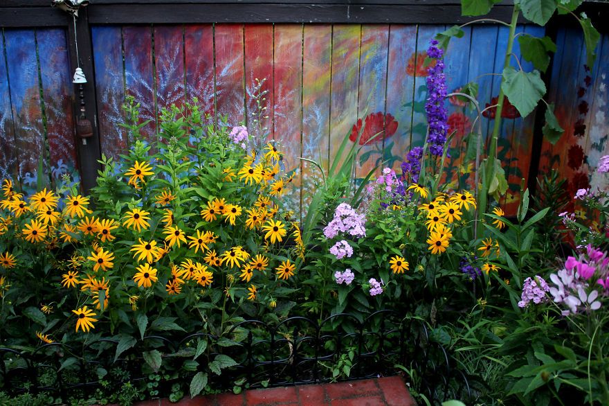 I revived our old garden fence by painting vivid flowers for Jardines murales