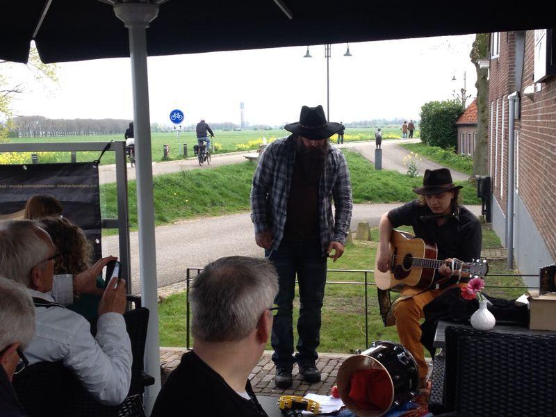 Eerste editie 'Elke zondag wat te doen: open podium' succesvol met band In My Tree bij Terras Effe zitte in Megen.