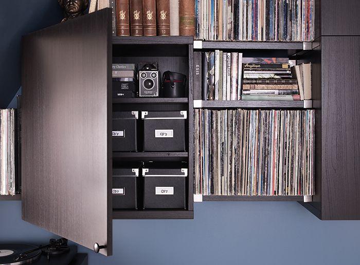 nahaufnahme eines best regals mit best vara t r in schwarzbraun mit wandregalen darin. Black Bedroom Furniture Sets. Home Design Ideas