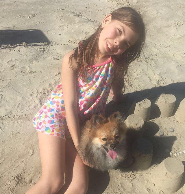 Brincando na praia com a mamãe!!❤️🐶