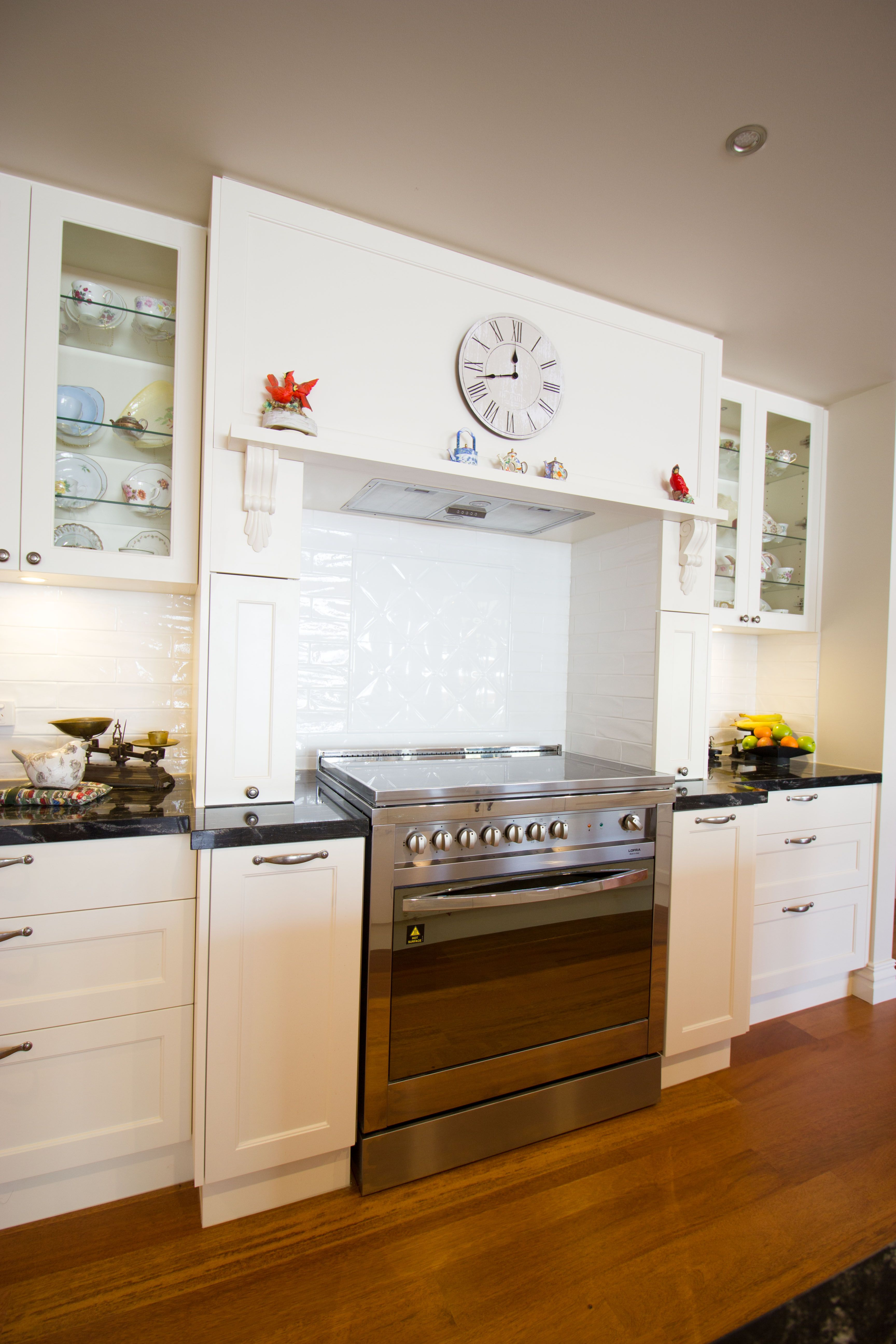 Traditional kitchen. Freestanding oven with hob. Glass cabinets. www ...