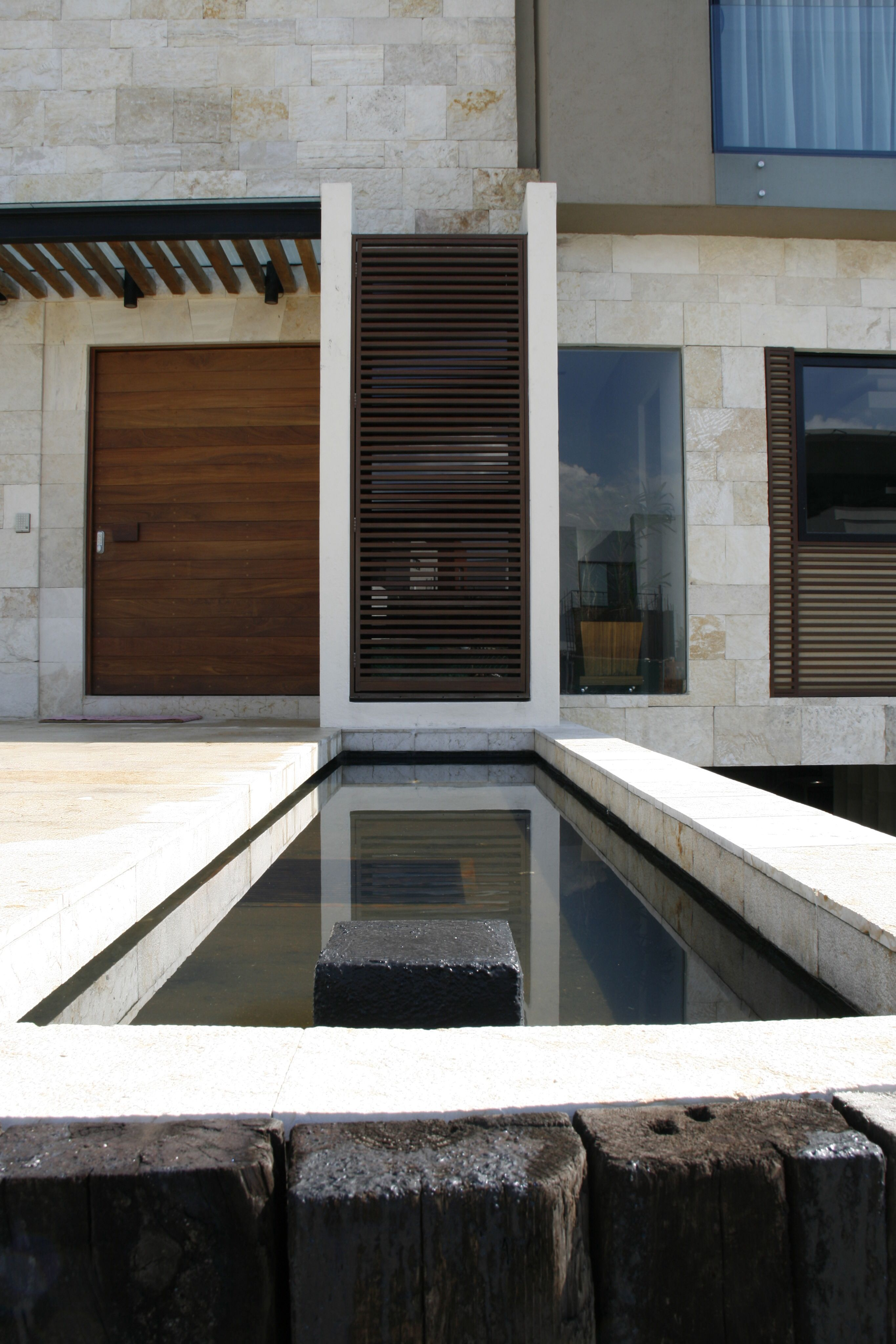 Peque a vivienda estilo tradicional exteriores r sticos e for Fachadas de casas modernas entre medianeras