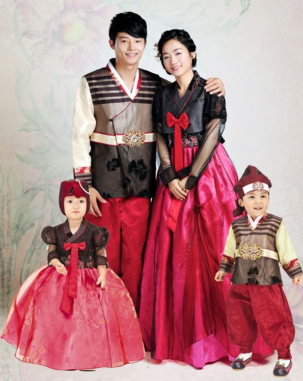 a25099e64 This is Korean traditional clothing, Han-bok.한복 Koreans are wearing on the  specially day like New Years Day, Korean thanks giving day, wedding, ...