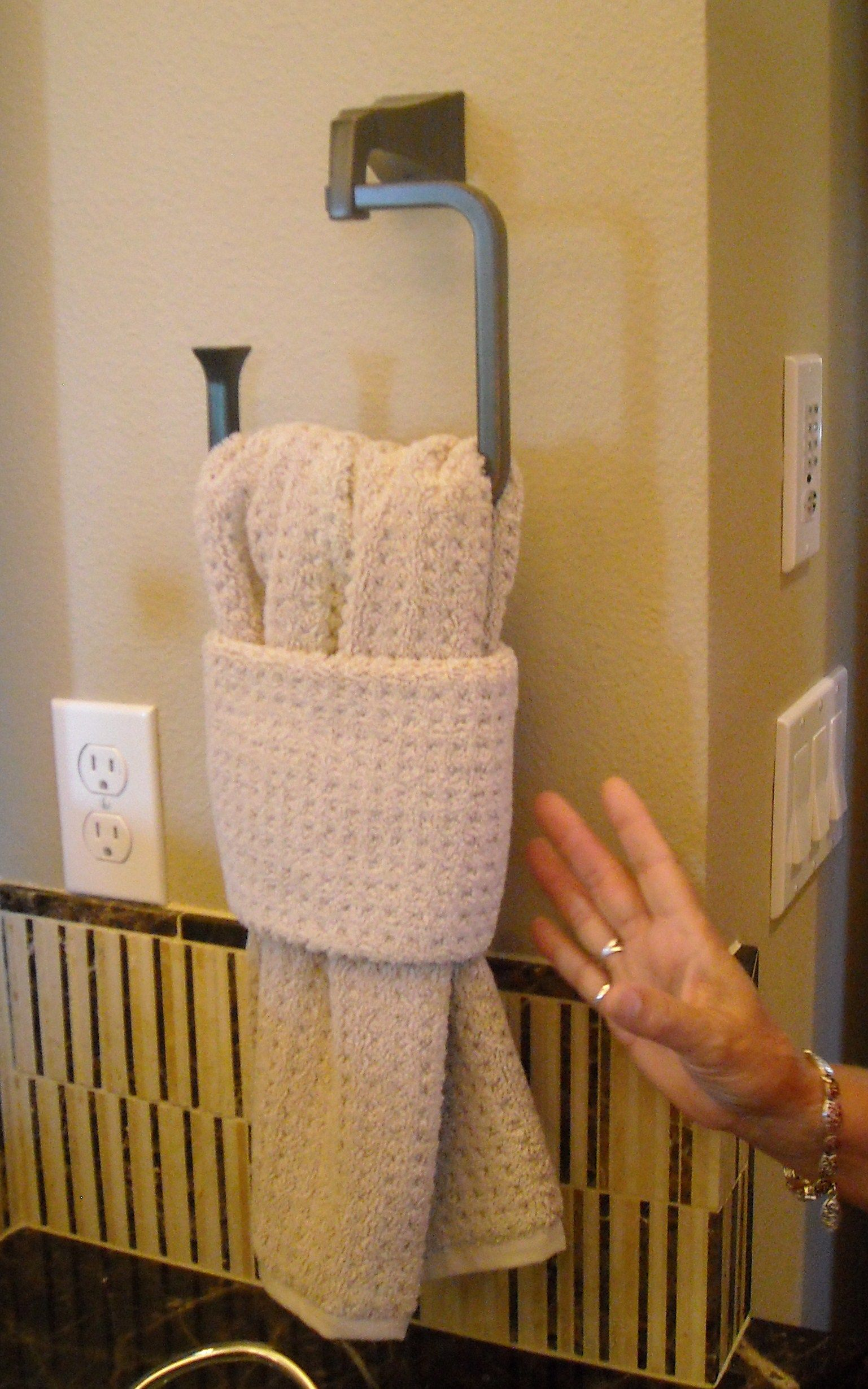 Love this simple way to display your favorite bath towels ...