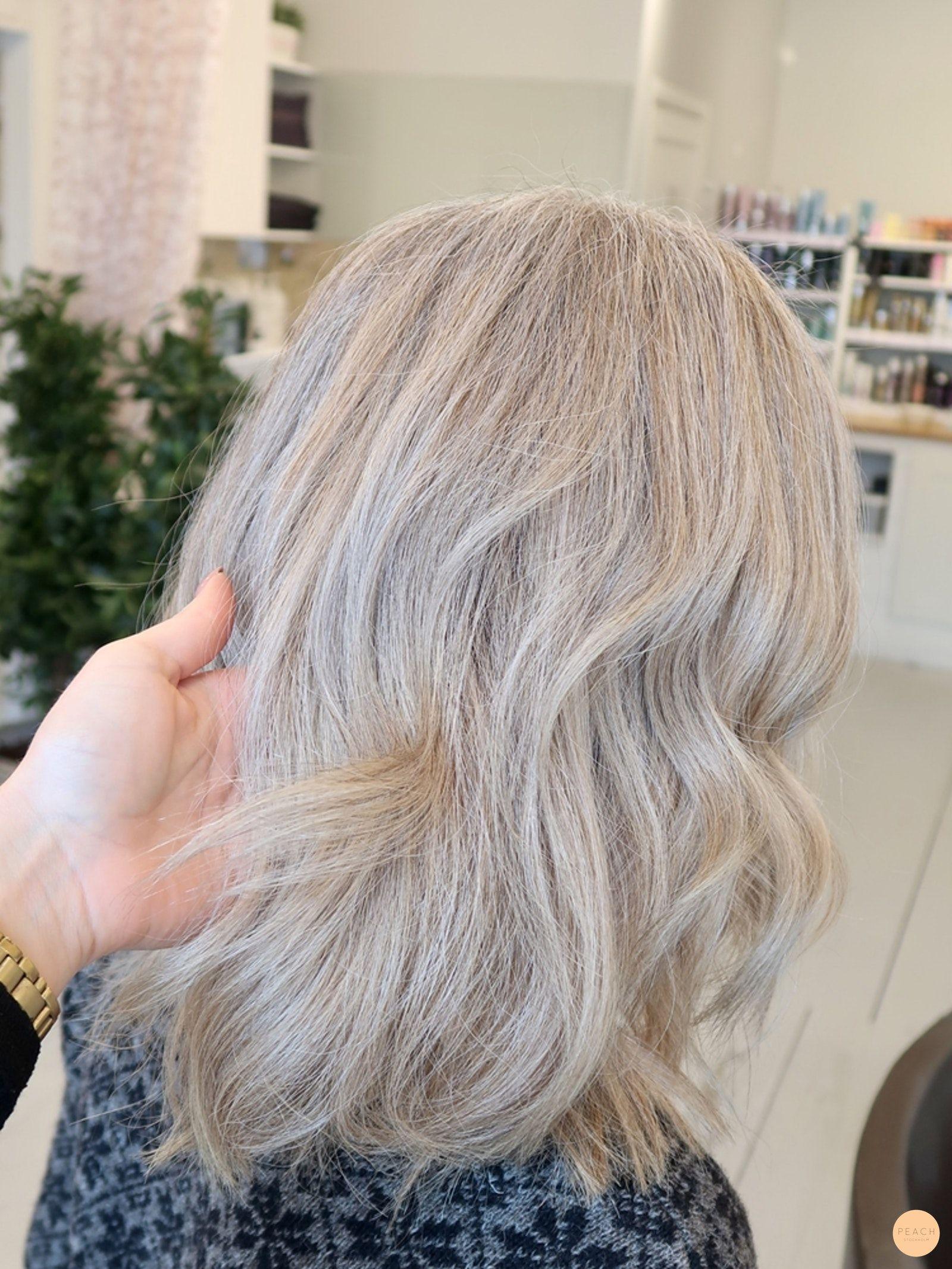 grått hår med mörka slingor