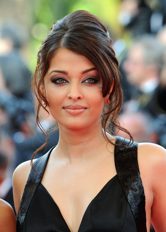 30 Best Round Faced Celebrity Hairstyles Round Face Celebrities Aishwarya Rai Hairstyle Celebrity Hairstyles