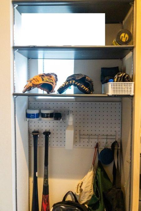 Photo of 【野球道具の収納】玄関のシューズクロークにバットやグローブをまとめて保管!全貌を大公開 | Ayalog[あやろぐ]-暮らしと美容ブログ