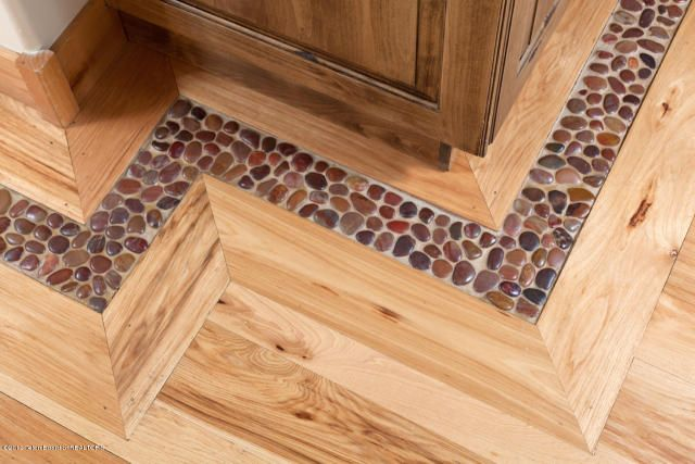 Floor inlaid with pebbles Beautiful! Southwestern/Spanish - losetas tipo madera