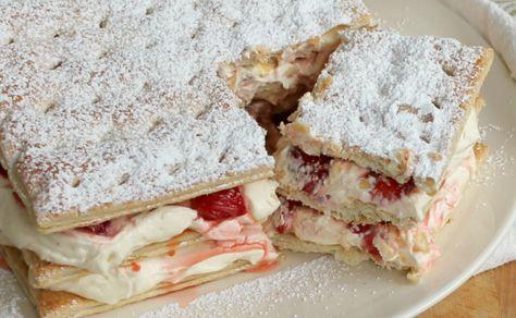 La torta millefoglie fragole e crema chantilly è un dessert fresco e cremoso, dal delicato aroma di limone e vaniglia. Facile, veloce, goloso.