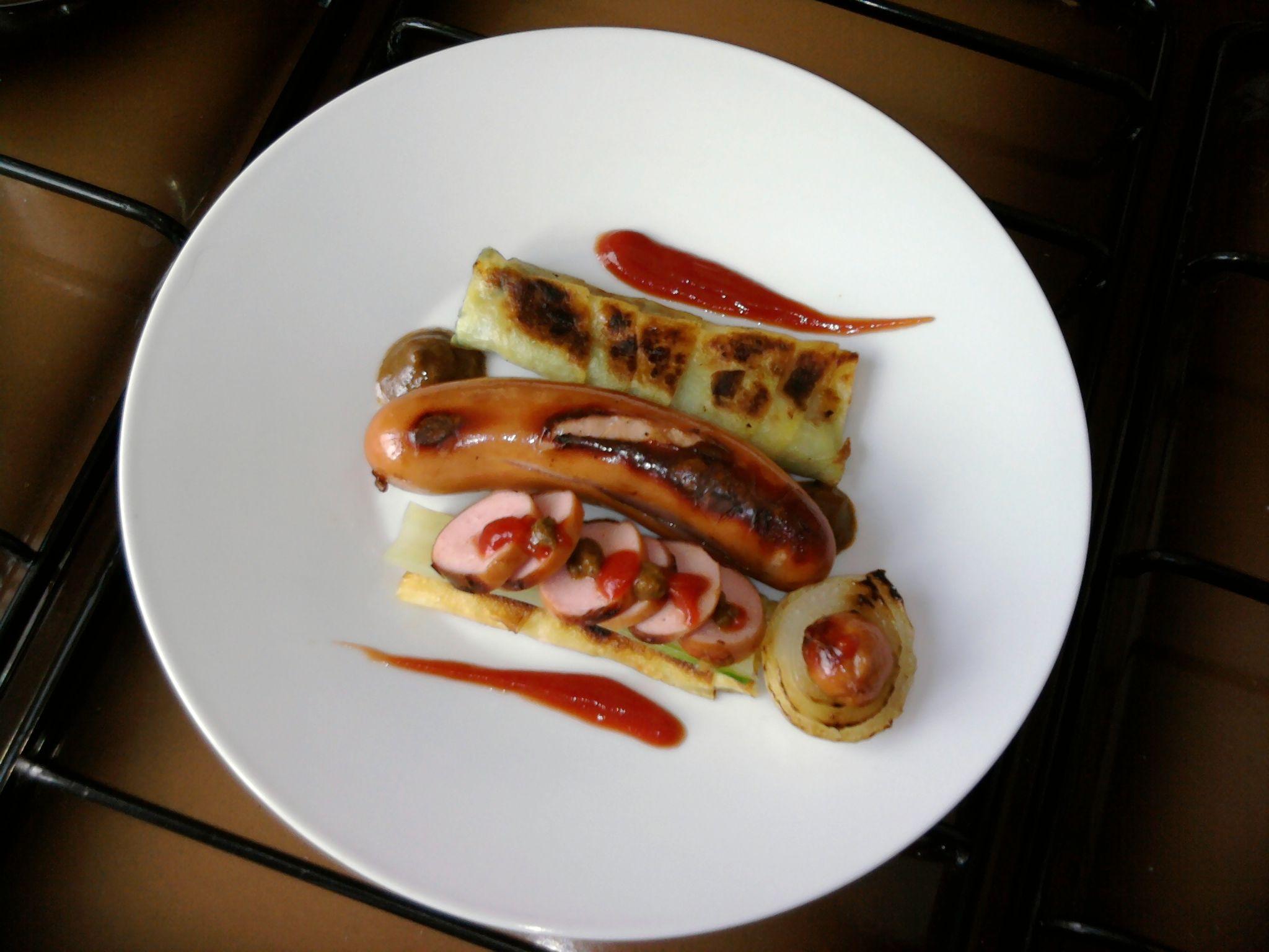 JHS  / Allemagne, la saucisse et l'oignon cannoli pomme de terre de bette nous verts et sauce parmesan tomate et ketchup olive tapenade Gino D'Aquino