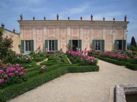 Firenze Boboli: visitatore urta una vetrina e danneggia 12 statuette nel Museo delle porcellane, ora rischia...
