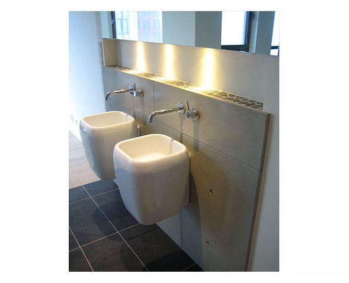 Betonnen platen achter wasbak betonloods.nl betonnen badkamer
