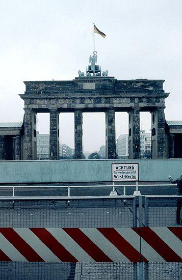 Das Brandenburger Tor In Berlin 1980 Vom West Sektor Aus Gesehen By Kurt Tauber Ostdeutschland Berlin Berliner Mauer