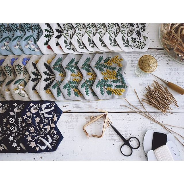 ひとりベルトコンベヤー。 側面は手縫いで仕上げます。 手間だけど、この方が綺麗だから。 #pouch #embroidery #刺繍 #handmade #needlework #linen #stitch #刺绣
