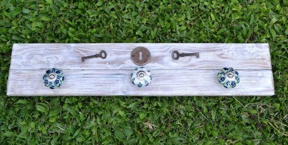 """Modelo """"Cerrajería"""". Realizado en madera de pinotea recuperada patinada en blanco, tiradores de cerámica y antiguas llaves de ropero. Medidas: 50 cm. x 14 cm."""