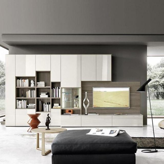 Das elegante Bücherregal C64 wirkt mit seinen Türen und TV ...