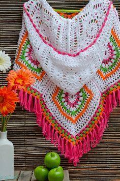 Poncho com capuz em tricô