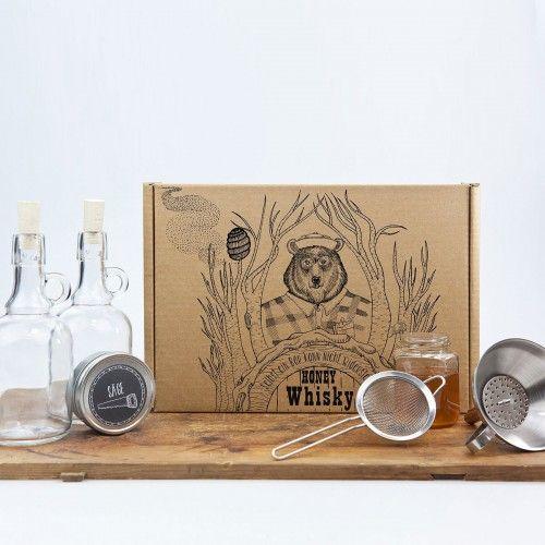 Das Honig-Whiskey Set zum Selbermachen als eine praktische und leckere Geschenkidee für alle Whiskeyliebhaber, die ab und zu Spaß dabei haben, ihren eigenen Drink zuzubereiten. Einfach herzustellen, mit 2 Rezepten eignet es sich gut für alle: die Kreativen und auch die Faulen.