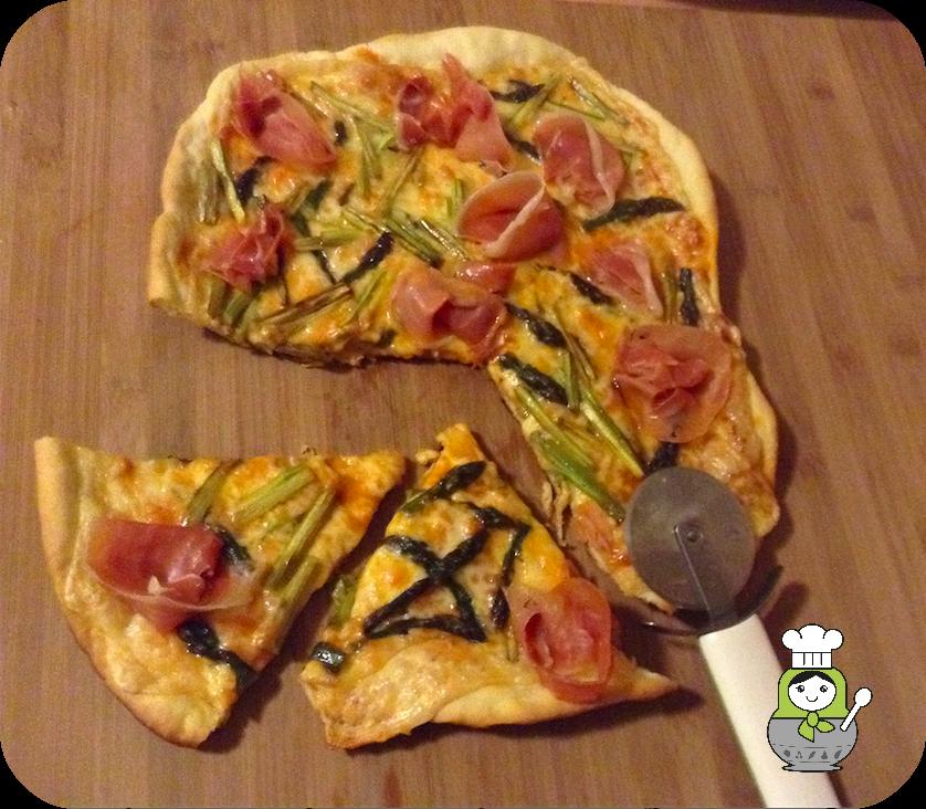 Aprende a preparar esta deliciosa pizza de espárragos trigueros y jamón serrano con masa casera.