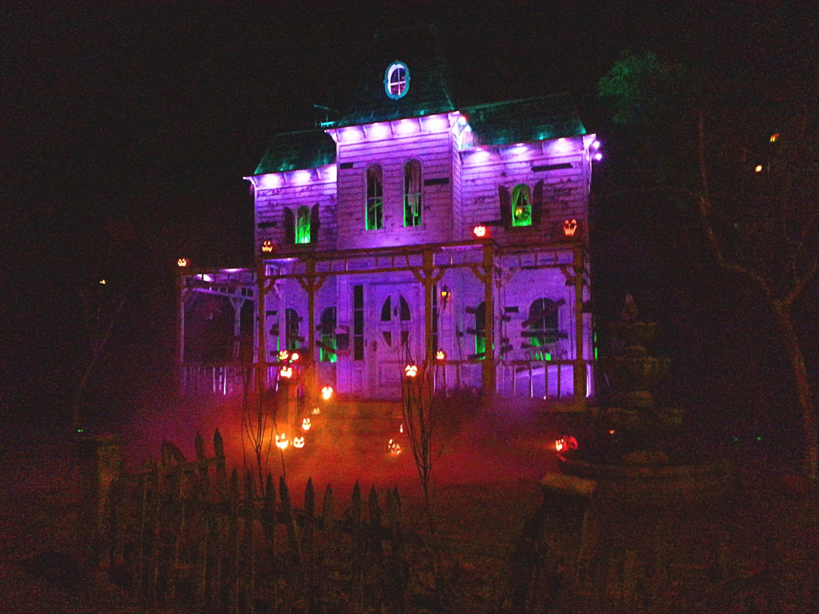 Great-Halloween-Home-Haunts-of-Los-Angeles-2.jpg 1,600×1,200 pixels