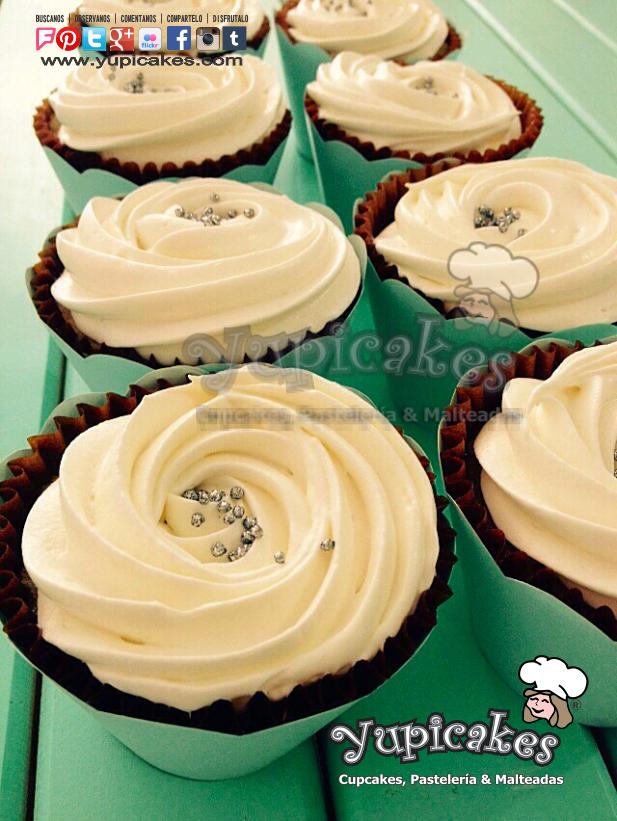 Quieres probar algo diferente, muy rico y por si fuera poco: libre de azucar? Disfruta de estos ricos Cupcakes de Vainilla con Frosting Queso Crema SuggarFree. En Yupicakes nos preocupamos por tu salud sin sacrificar sabor y calidad! 