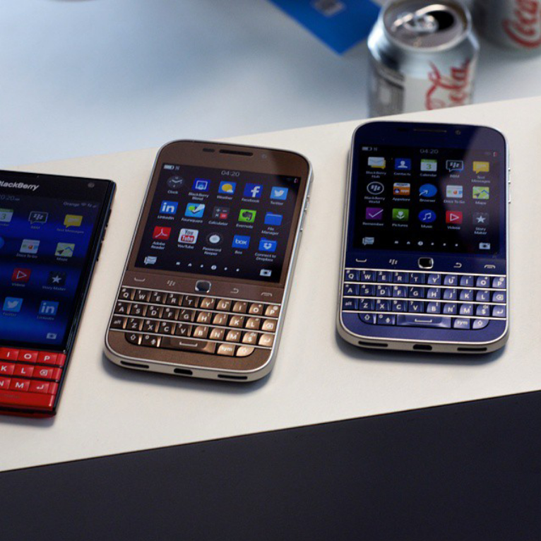 Photos du BlackBerry Classic en bleu et en bronze