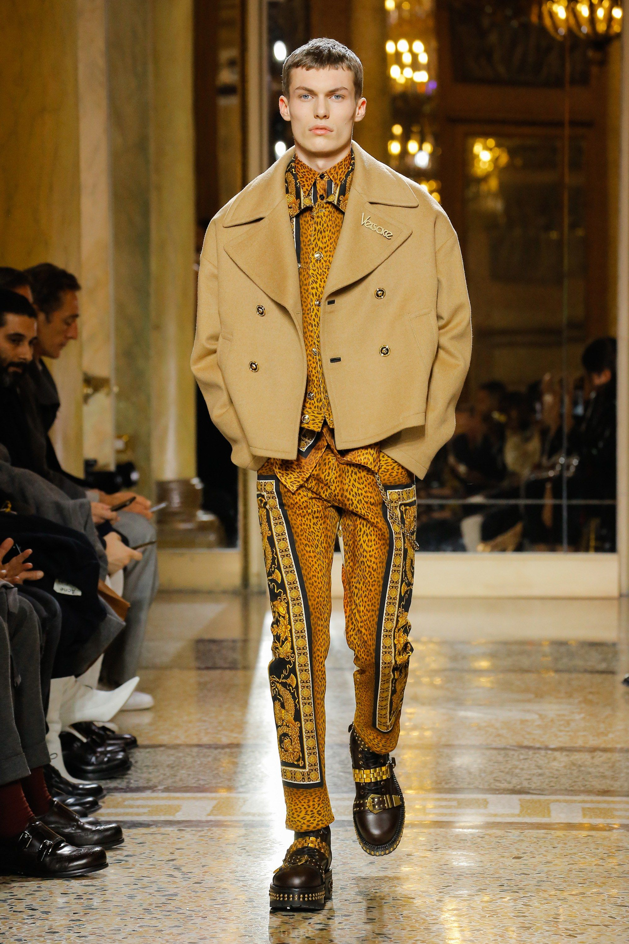 Versace Fall 2018 Menswear Fashion Show is part of Clothes Mens 2018 - The complete Versace Fall 2018 Menswear fashion show now on Vogue Runway