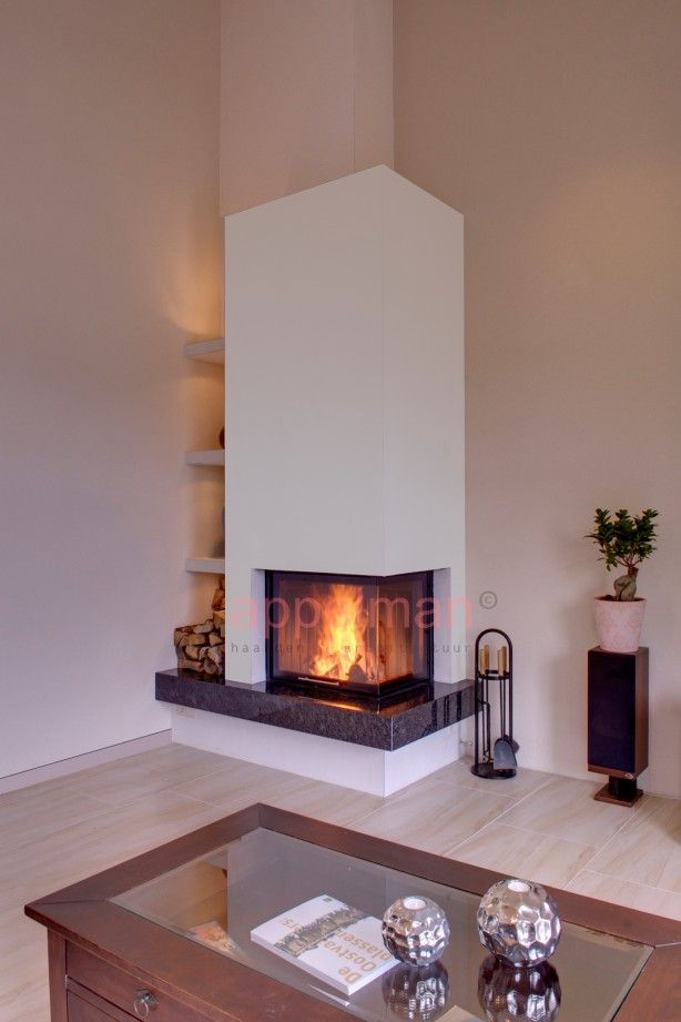 Inbouw haard met verlichte nissen in deze woonkamer is er voor gekozen om de haard in de hoek - Hoe een rechthoekige woonkamer te voorzien ...