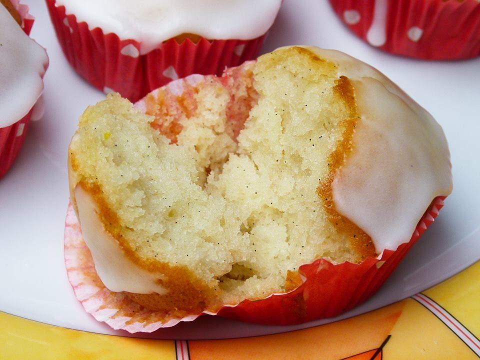 Zitronen Muffins mit Puderzuckerguss - fluffig & leicht