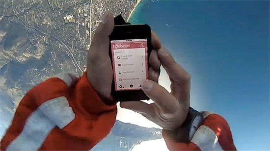 reservar-habitacion-hotel-caida-libre-smartphone-paracaidas
