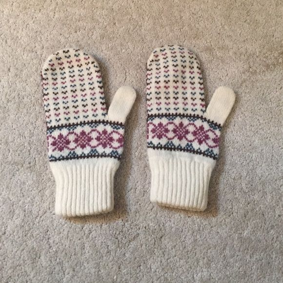 30% off bundles!! Mittens! Great condition and cute print! Accessories Gloves & Mittens